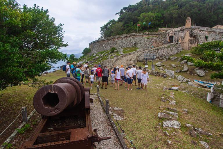 Em SC, passeio por fortificações históricas é alternativa à praia