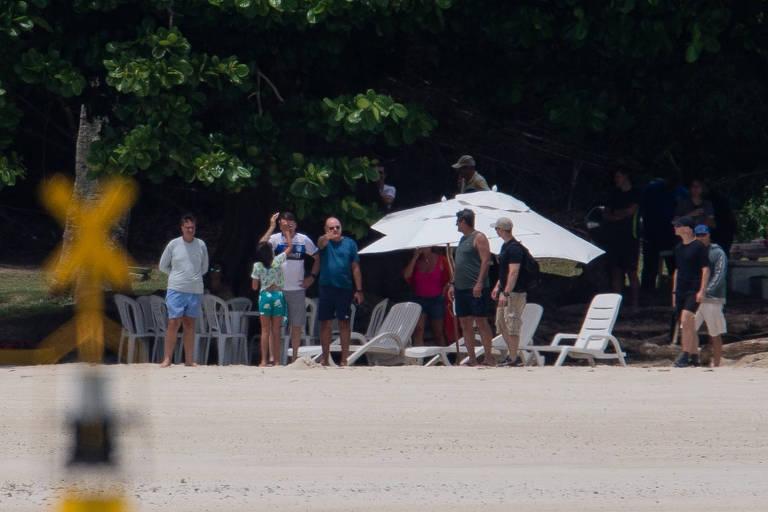 O presidente Jair Bolsonaro com a filha na praia da Base Naval de Aratu, na Bahia