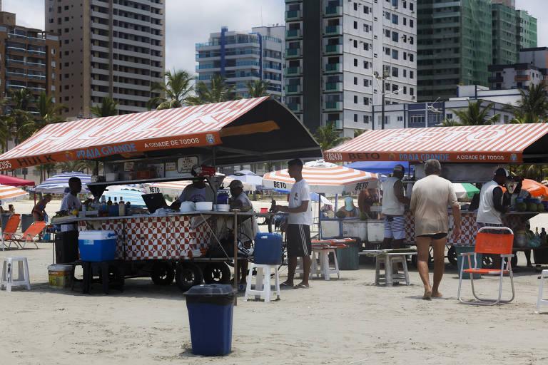 Turistas se dividem sobre  falta de quiosque em Praia Grande