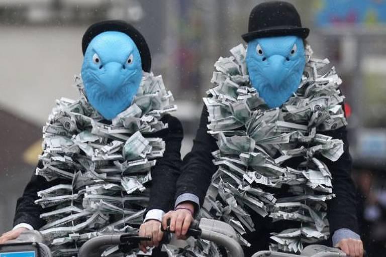 Manifestantes protestam contra pagamentos de executivos da instituição financeira Barclays
