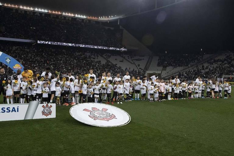Pequenos corintianos acompanham seus ídolos para um jogo contra o Bahia, na Arena de Itaquera, em duelo pelo Brasileiro