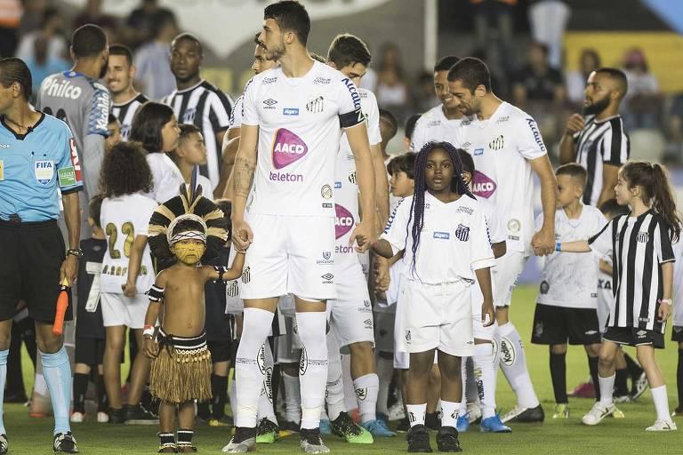 Mascotes santistas entram em campo com os jogadores na vitória do Peixe por 2 a 1 sobre o Ceará, pelo Campeonato Brasileiro de 2019