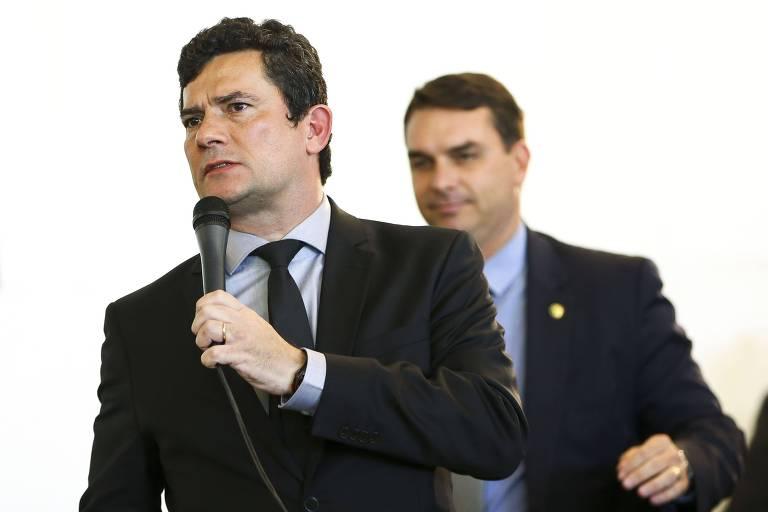 O ministro Sergio Moro e o senador Flávio Bolsonaro, em evento na Câmara dos Deputados