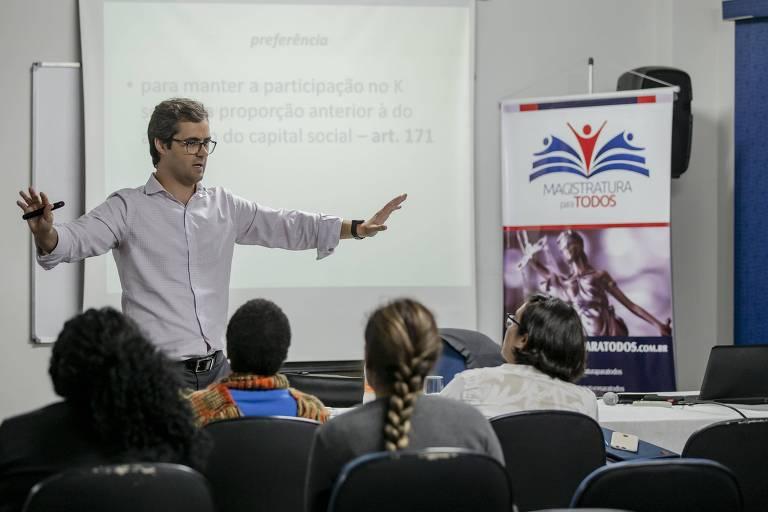 Professor e juiz Marcelo Sacramone dá aula a estudantes do curso gratuito Magistratura para Todos, no centro de São Paulo