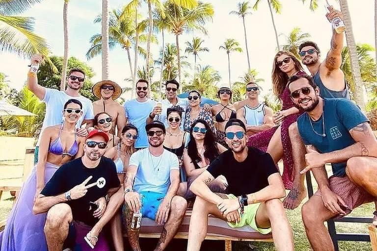 Grazi Massafera e Caio Castro aparecem em fotos com os amigos na praia de Carneiros