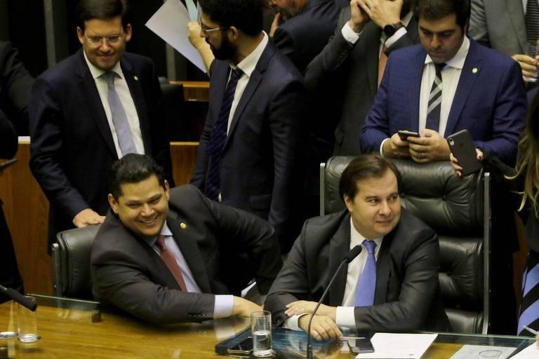 Os presidentes do Senado, Davi Alcolumbre, e da Câmara dos Deputados, Rodrigo Maia, durante sessão no plenário da Câmara dos Deputados