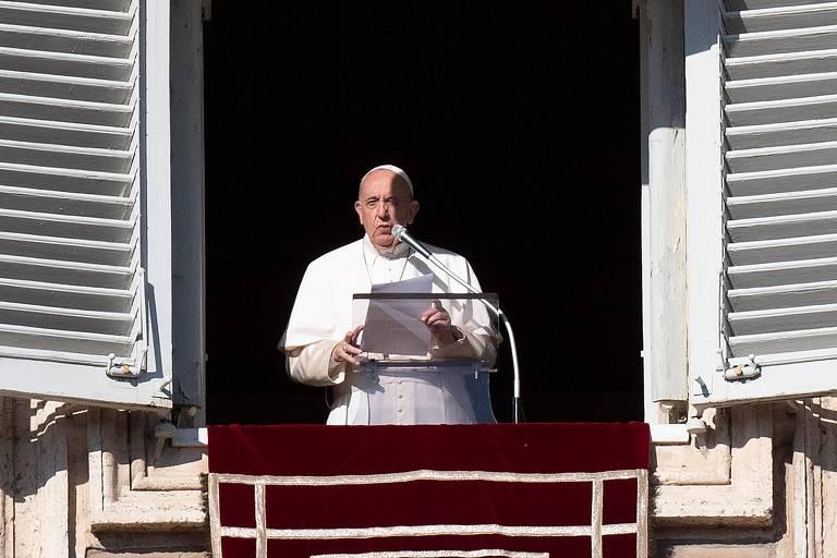 Papa Francisco fala para fiéis reunidos na praça São Pedro, no Vaticano