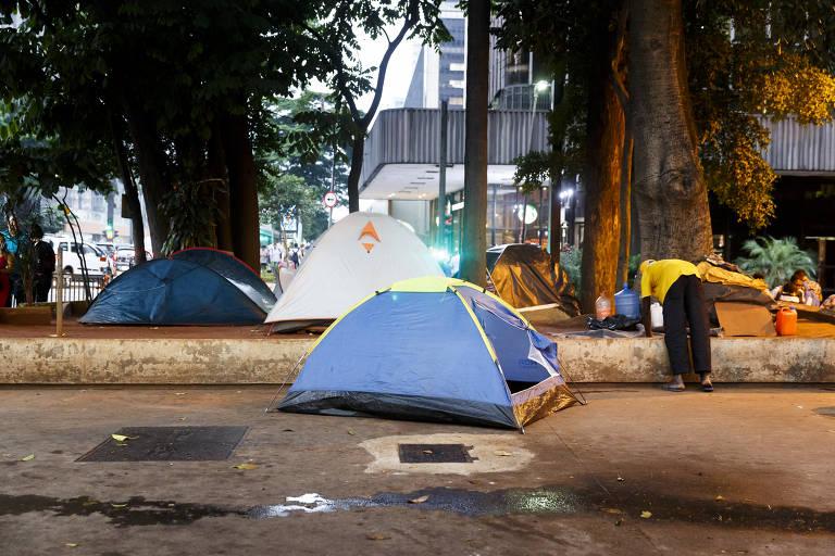 Avenida Paulista tem buracos na calçada, barracas e roubo de celulares