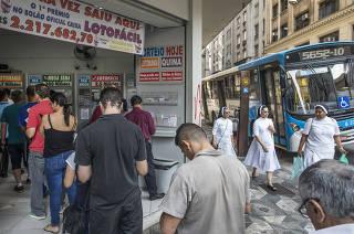 Ultimas dias para apostar na Mega Sena da Virada  onde premio pode ultrapassar os 300 milhoes de reais. Apostadores fazem fila na casa loterica Marco Zero da SŽ na esquina das ruas Quintino Bocaiuva com Senador Feijo, no centro de Sao Paulo