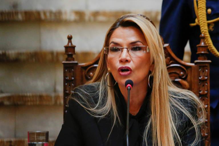 A presidente interna da Bolívia, Jeanine Áñez, fala com a imprensa no palácio presidencial em La Paz