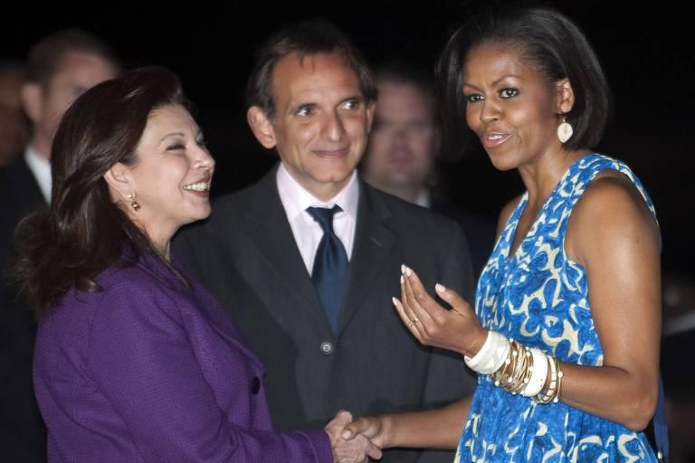 A ex-primeira dama dos EUA, Michelle Obama (à dir.) cumprimenta María Teresa Mercado, embaixadora mexicana que foi expulsa da Bolívia