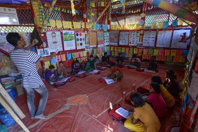Crianças rohingya assistem aula para aprender seu idioma em uma escola no campo de refugiados de Jamtola, em Ukhia