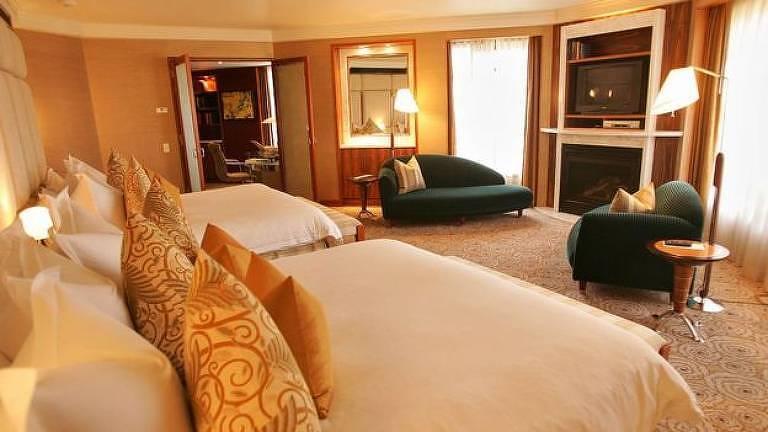Quarto de hotel com duas camas de casal