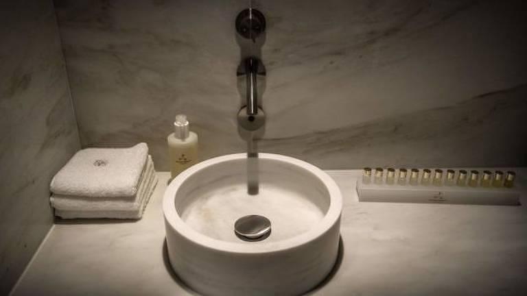 Pia de banheiro feita em mármore