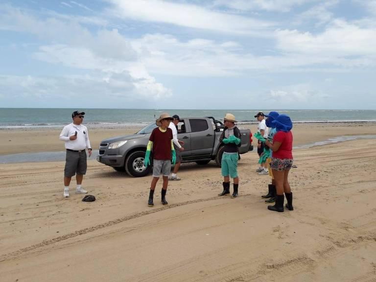População local ajuda Marinha a limpar manchas de óleo em Caetanos de Cima