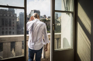 ***Entrevista EXCLUSIVA para Coluna Monica Bergamo*** Verificar data de publicacao***  Prefeito Bruno Covas,39 (PSDB)caminha para o  terraco de sala de reunicoes da  Prefeitura de S.Paulo (no Viaduto do Cha) durante entrevista exclusiva para a FOLHA