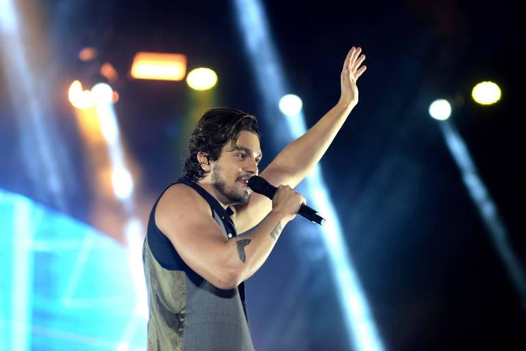 Cantor Luan Santana durante apresentação no Festival Virada Salvador