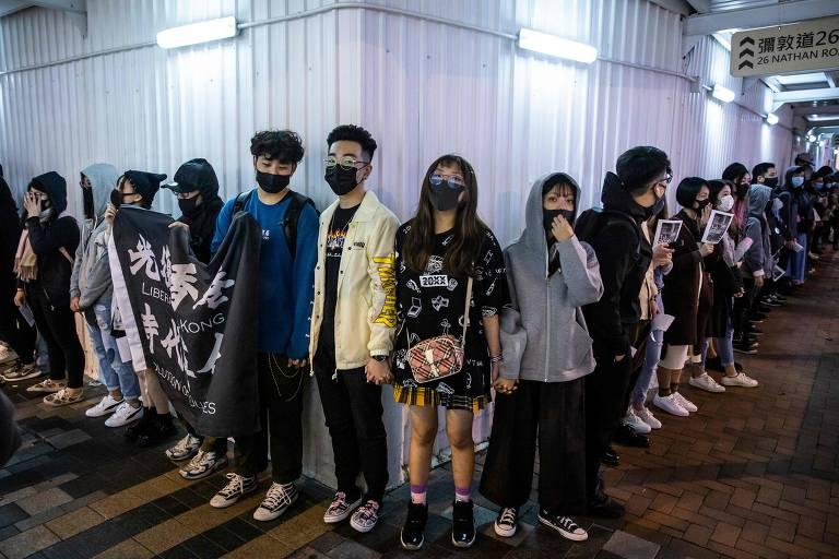 Manifestantes em Hong Kong formam correntes humanas na véspera de Ano-Novo