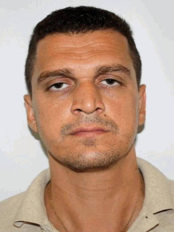 портрет мужчины с очень короткими волосами без бороды или усов с слегка закрытыми глазами
