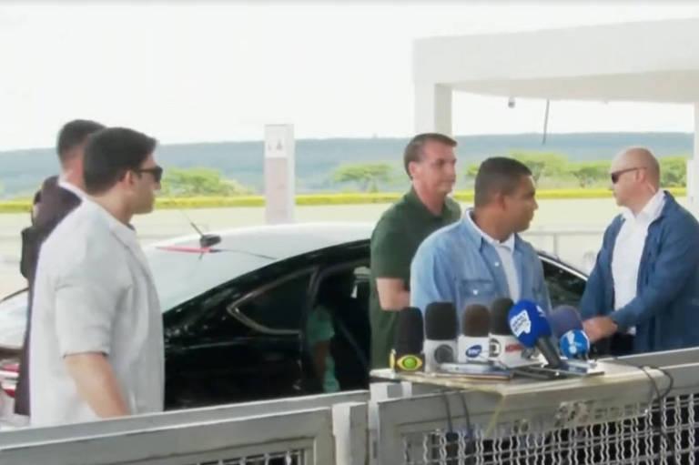 O presidende Jair Bolsonaro chega ao Palácio da Alvorada após viagem à Bahia
