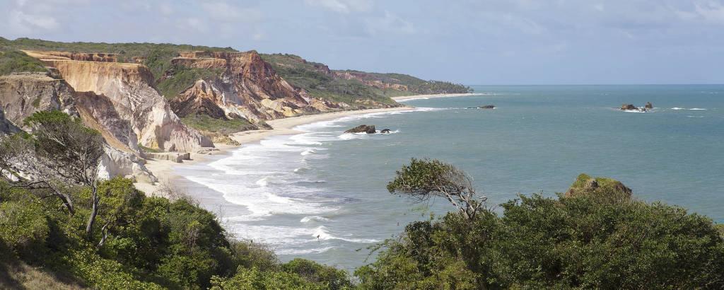 Praia com falésias e mar azul