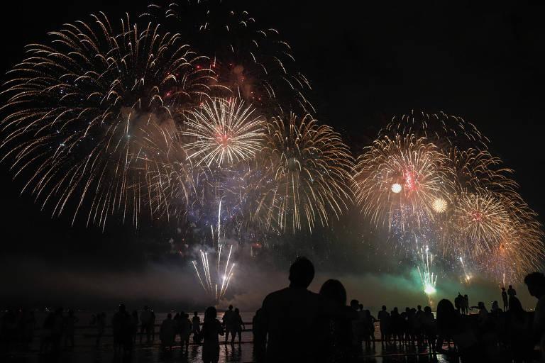 Céu iluminado por fogos de artifício