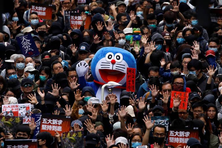 Manifestantes, incluindo uma pessoa vestida com um traje do personagem de anime Doraemon, durante manifestação antigovernamental, em Hong Kong