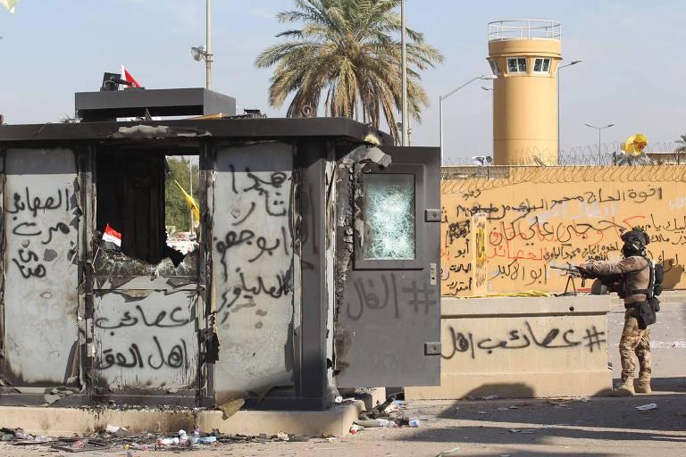 Embaixada dos EUA em Bagdá, que foi local de protestos, pediu que cidadãos deixem o Iraque após o bombardeio no aeroporto da capital iraquiana