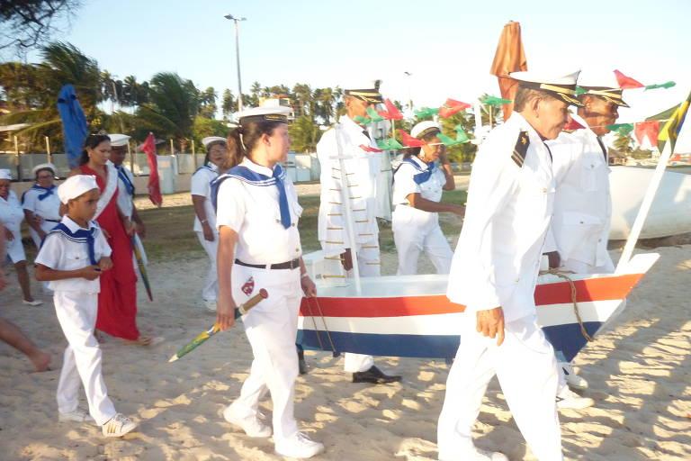 Grupo Chegança encena despedida dos marujos antes do embarque, em Barra do Cunhaú (RN)