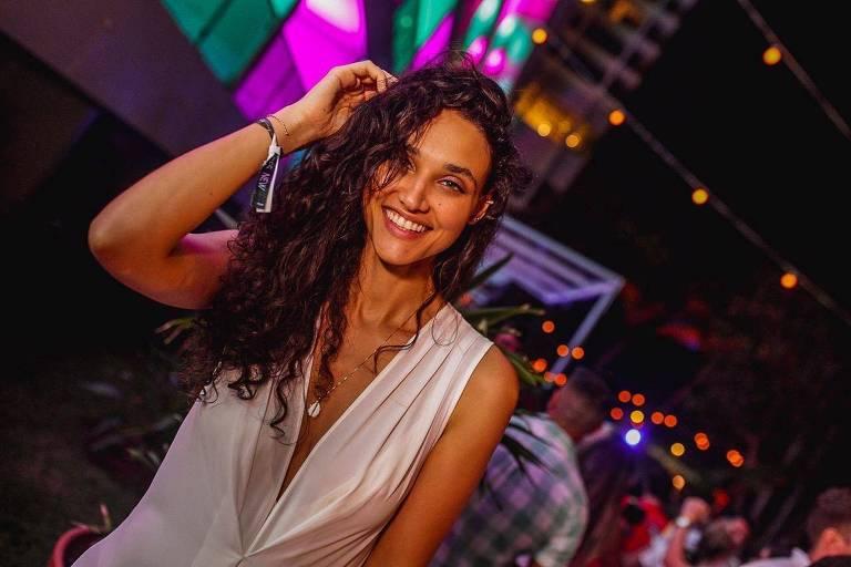 Débora Nascimento passa Reveillon em hotel de luxo no Rio