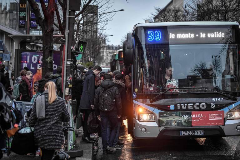 Passageiros usam ônibus do lado de fora da estação ferroviária Gare Montparnasse, em Paris, no 29º dia de uma greve contra a reforma das pensões do governo