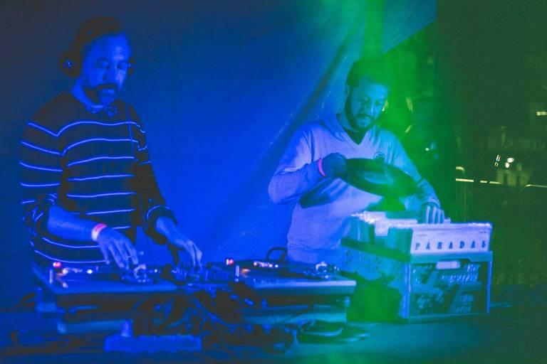Os DJs Marcelo Pinheiro e LirouBlu Gonsalves
