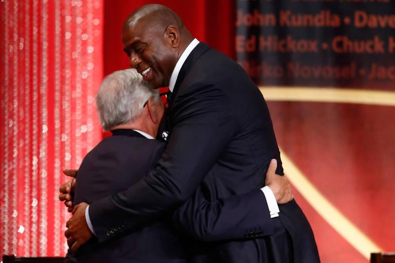 David Stern e Magic Johnson se abraçam durante cerimônia do hall da fama da NBA