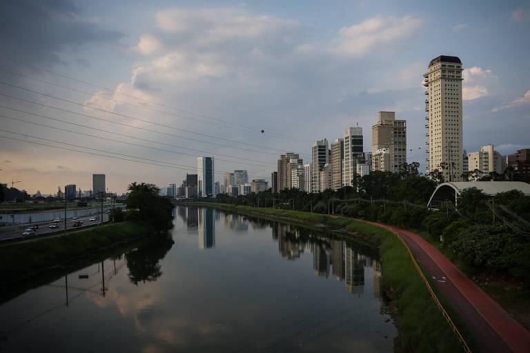 Vista de prédios de alto padrão na Marginal Pinheiros, que concentra imóveis de alto padrão; no total há 1.300 imóveis residenciais registrados na via e na marginal Tietê