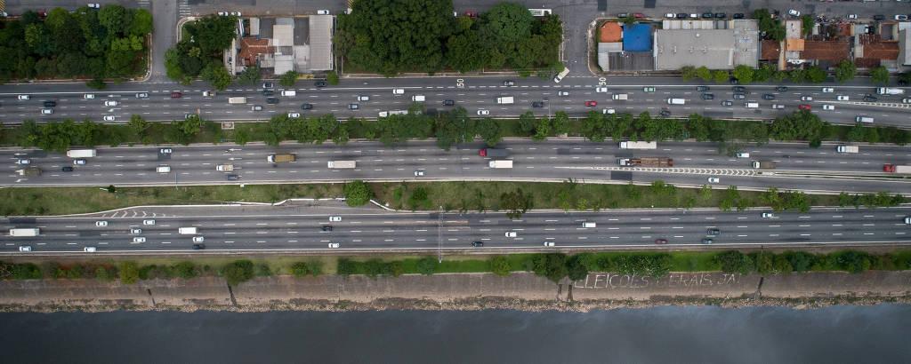 Vista aérea da marginal Tietê, na Casa Verde, onde imóveis têm os fundo voltados para a pista