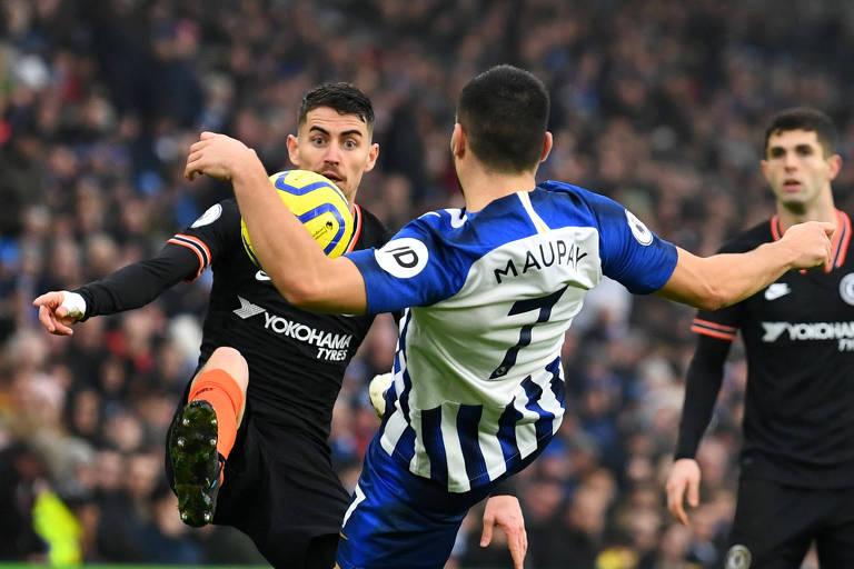 Jogadores de Brighton e Chelsea disputam bola durante partida nesta quarta (1º)