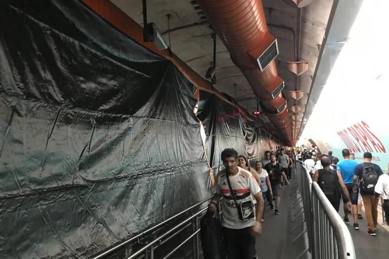 Corredor entre estações do metrô em obra