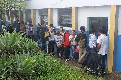 Pais formam fila em frente à escola estadual, desde a madrugada desta sexta-feira (3), para tentar transferir matriculas dos filhos para a instituição