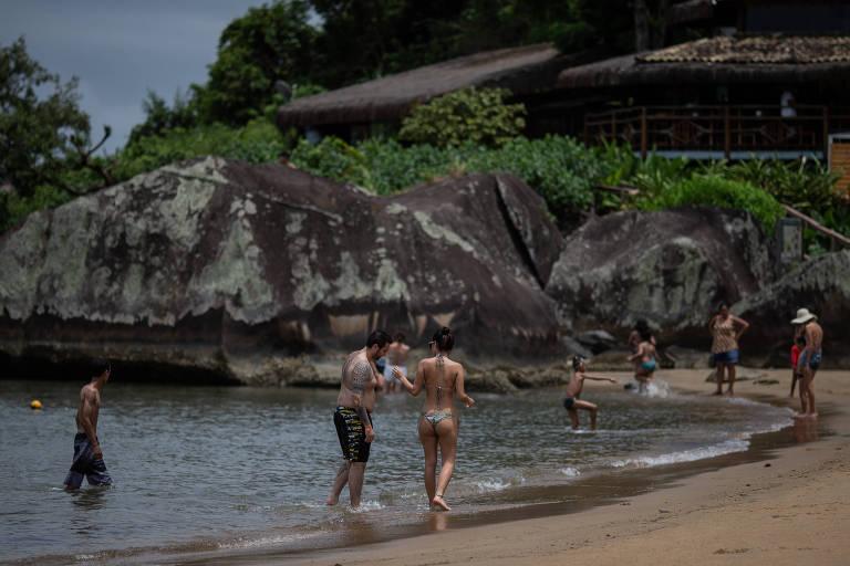 Turistas na praia do Sino, em Ilhabela, litoral norte de São Paulo
