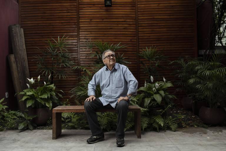 O produtor Luiz Carlos Barreto no quintal de sua produtora, no Rio