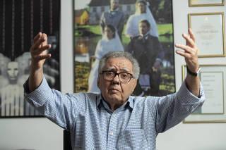 O produtor de cinema Luiz Carlos Barreto no quintal de seu escritório, no Rio