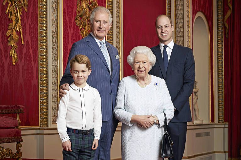 Rainha Elizath 2ª com os três sucessores do trono: príncipe Charles, príncipe Willian e príncipe George