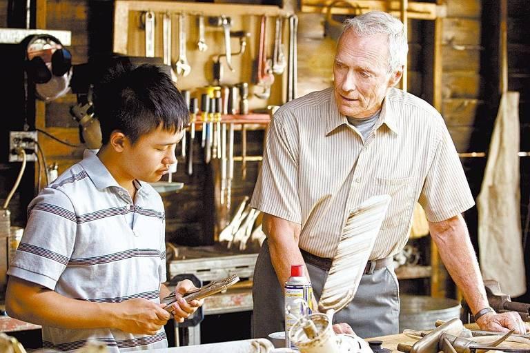 """Os atores Bee Wang e Clint Eastwood em cena do filme """"Gran Torino"""" (2008)"""