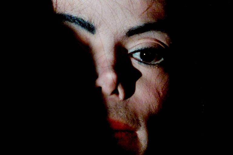 Mudança em lei permite que acusadores processem empresas de Michael Jackson
