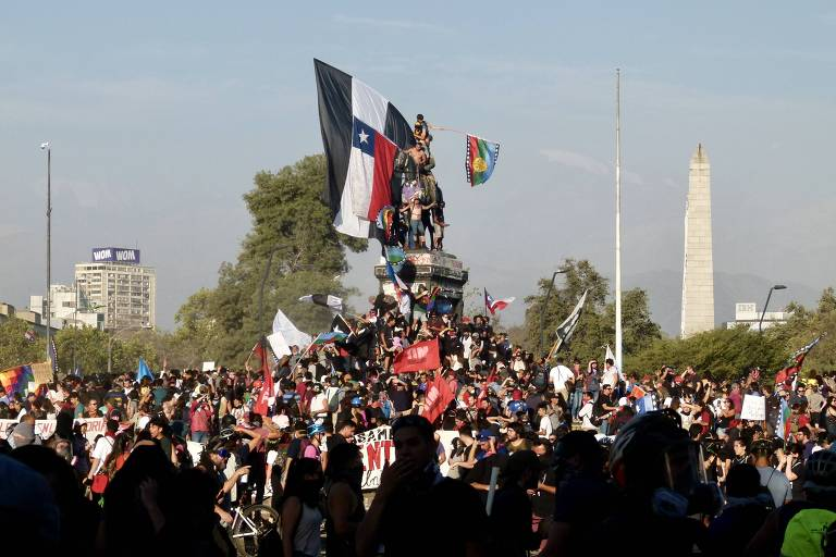Na praça Baquedano, manifestantes sobem em monumento que homenageia militar herói da Guerra do Pacífico