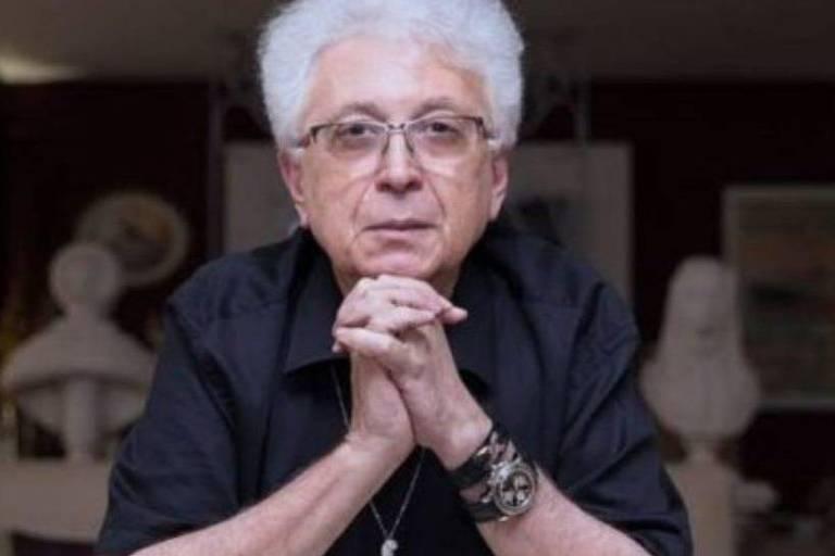 O autor de novelas Aguinaldo Silva entre seus dois prêmios Emmy, por 'Laços de Sangue' e 'Império'
