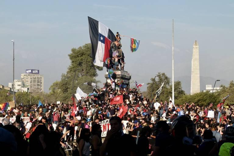 Manifestantes e policiais se enfrentam na praça Baquedano