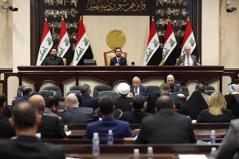 Membros do Parlamento iraquiano durante sessão extraordinária