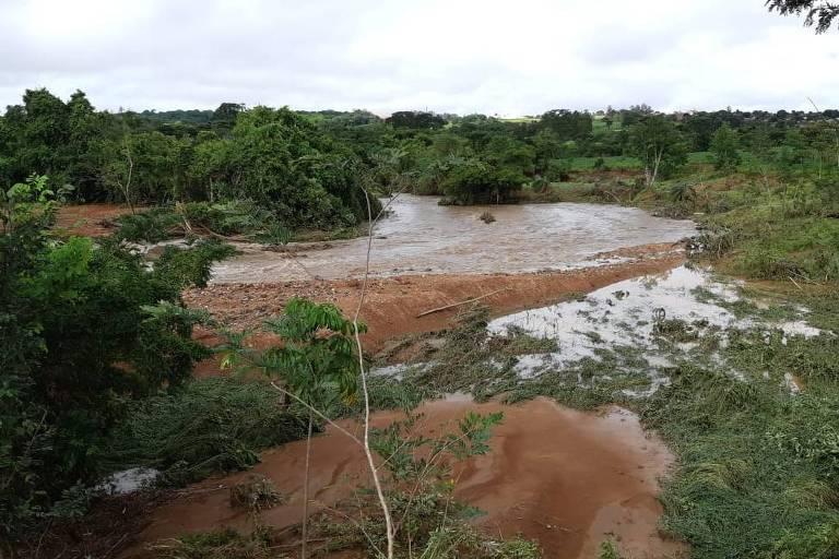 """As chuvas fortes do final da semana provocaram o rompimento de uma barragem no município de Pontalina (GO), a 115 quilômetros de Goiânia. O acidente inundou parte da cidade e deixou desabrigados.   Segundo a secretária de Meio ambiente de Goiás, Andréa Vulcanis, os estragos ainda estão sendo contabilizados. Ela diz que há riscos de contaminação, já que as instalações de água e esgoto foram inundadas.  A barragem pertencia à fazenda São Lourenço das Guarirobas e era usada para armazenar água para irrigação. A estrutura estava com o cadastro de segurança vencido desde o dia 31 de dezembro.  """"Verificamos que a manutenção não foi feita de forma adequada"""", disse a secretária, citando a existência de vegetação no talude e problema nos extravasores de água.   O rompimento ocorreu na manhã de sábado (4). O governo de Goiás diz que criou uma força tarefa para inspecionar outras barragens na região e prestar assistência à população atingida.   A prefeitura de Pontalina chegou a pedir para que os moradores da parte baixa da cidade deixassem suas casas, diante do risco de rompimento de outras barragens.  A área de captação de água para o município ficou submersa por cerca de 9h, interrompendo o abastecimento à população, que só começou a ser normalizado por volta das 11h40 deste domingo (5).  De acordo com o governo de Goiás, entre sexta (3) e sábado, choveu 191 milímetros na região, o equivalente a 76% do volume de chuva esperado para todo o mês.    Barragem Pontalina, Goiás Barragem Pontalina, Goiás SEMAD/GO Barragem Pontalina, Goiás         Neste domingo, o nível de chuvas se reduziu. A força-tarefa, porém, continua mobilizada para mitigar os danos provocados e realizar trabalhos preventivos no local do acidente.  As fortes chuvas do fim de semana provocaram estragos em diversos estados. No Espírito Santo, uma mulher de 67 anos morreu soterrada após o desabamento de sua residência em Serra, na região metropolitana.   Outras duas pessoas ficaram feridas em Vargem Alta. Segund"""
