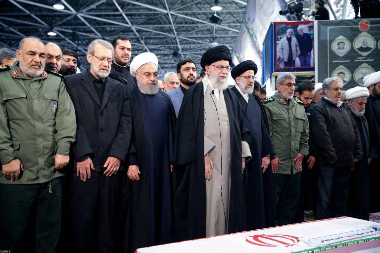 O líder supremo Ali Khamenei (ao centro), ao lado de outras autoridades do Irã, faz oração pelos mortos
